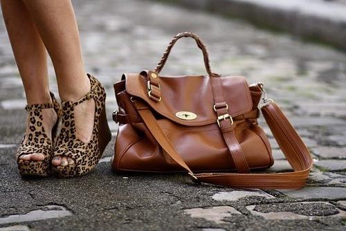 306b61056 O charme das bolsas e sapatos na vida da mulher   Voz do Planalto