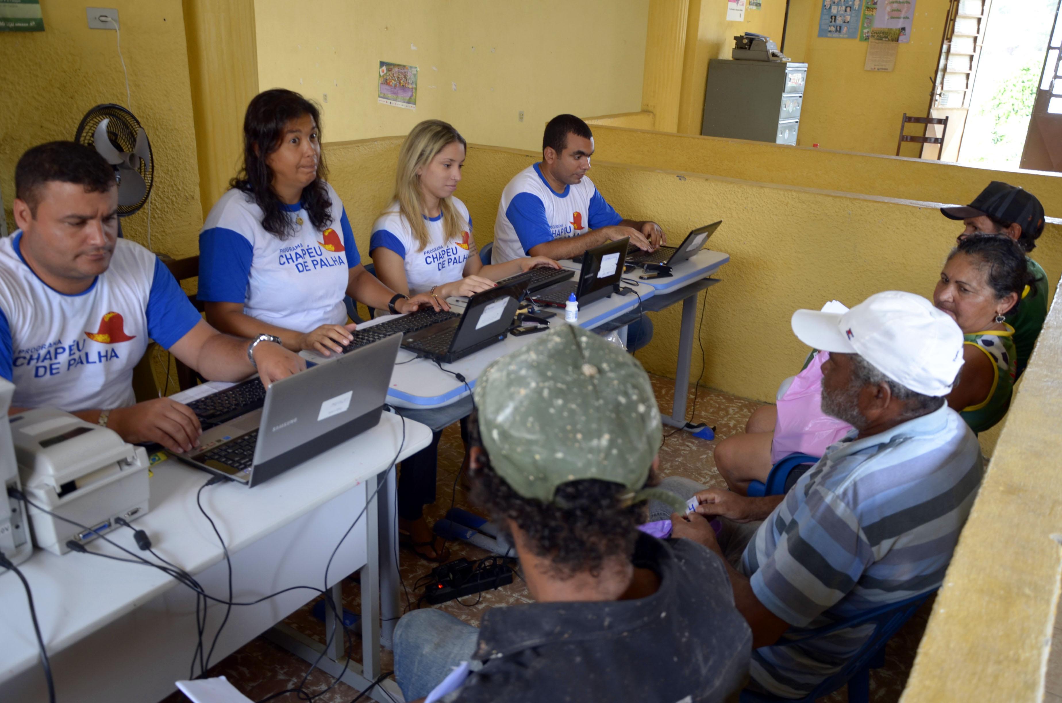 deb1cfa2d4db9 O Governo de Pernambuco inicia nesta segunda-feira (7) o cadastramento e  entrega dos cartões de frequência do Programa Chapéu de Palha 2018